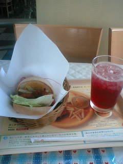 タンドリーチキンバーガー オニポテセット 670円。