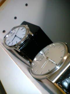 革バンドのシンプルな腕時計を用意しておくと安心だ。