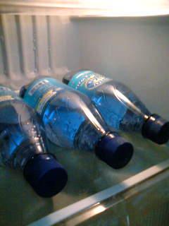 【写真】冷蔵庫で冷やされるクリスタルガイザー スパークリング レモン