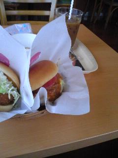 【写真】本日の昼食。モスバーガー、海老カツバーガー