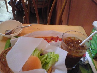 【写真】テリヤキバーガー + プレーンドッグのサラダセット
