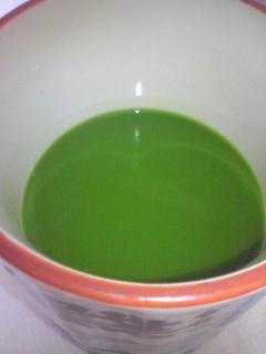 【写真】リニューアルされた青汁を注いでみた。