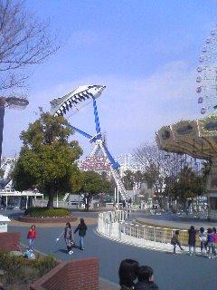 【写真】人を宙吊りにするスペースシャトルを望む