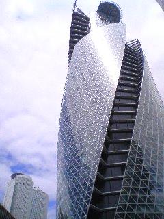 【写真】モード学園スパイラルタワーズを南側から見上げて撮影