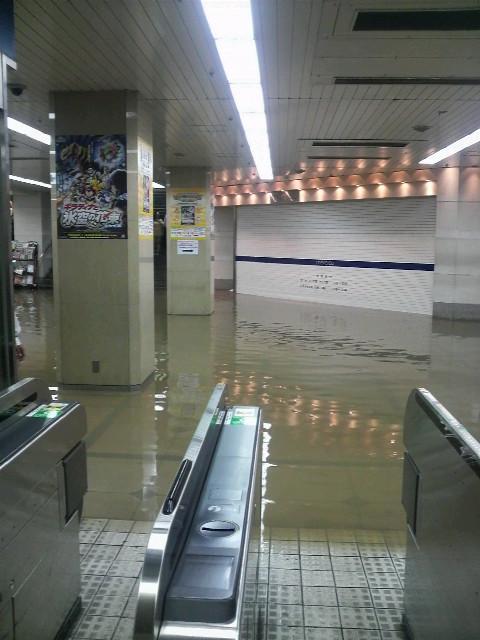 【写真】名鉄名古屋駅の中央改札?ぽい場所。水に浸っている。