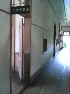 【写真】化学実験室前