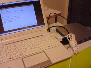 【写真】外部ディスクドライブからEee PCを起動してインストール中。