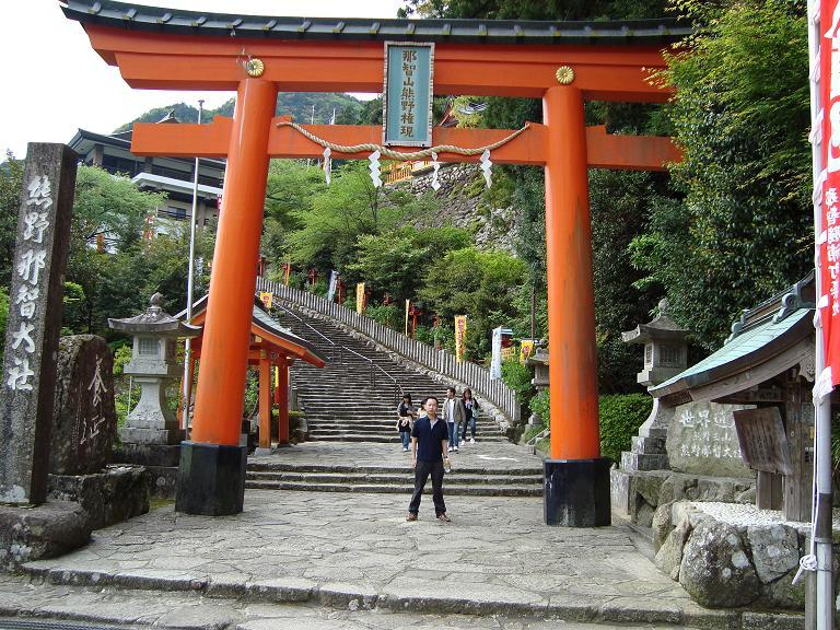 【写真】熊野那智大社の鳥居をバックに