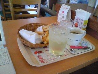 【写真】モスライスバーガー海鮮かきあげ ポテトLセット ブレンドコーヒーと白ぶどうソーダ