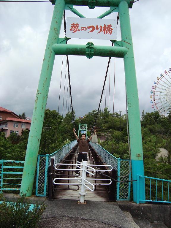 【写真】夢のつり橋の上に立つ