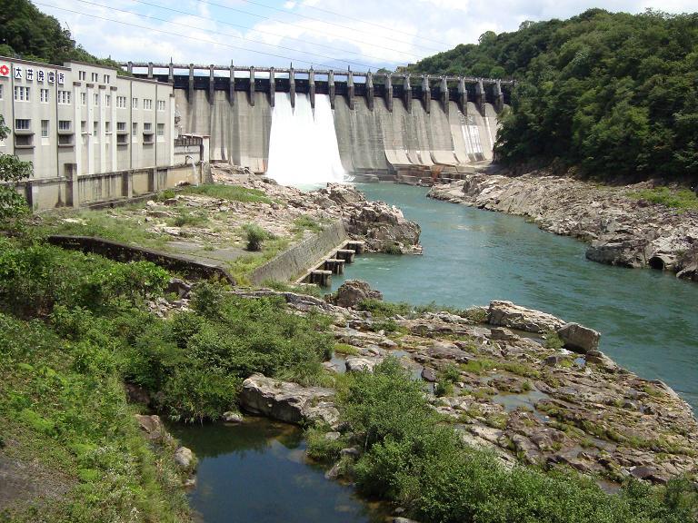 【写真】勢いよく放水するダム
