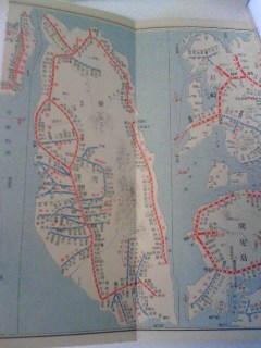 【写真】九州エリアの隣りに見開きで台湾エリアの路線図が描かれている。