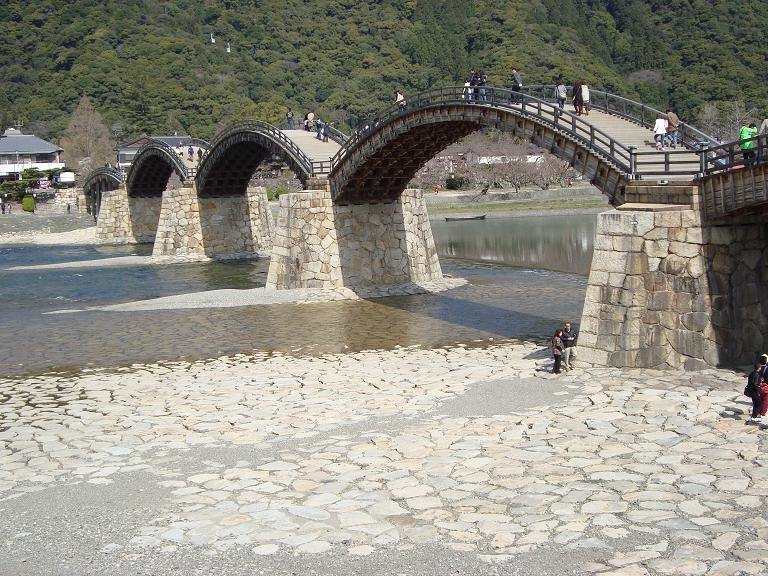 【写真】木造で美しいアーチを描く錦帯橋