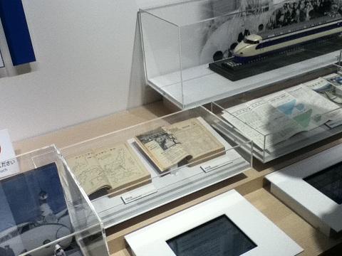 【写真】iPadみたいな何かで当時の新聞記事を見られる歴史展示。