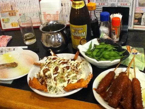 【写真】山ちゃんで味噌串カツと海老ふりゃーと共にプレモルを飲む