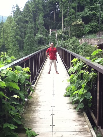 【写真】吊り橋を渡る