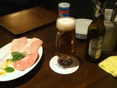 【写真】ミニドイツコースのハム盛り合わせ。美味しい。