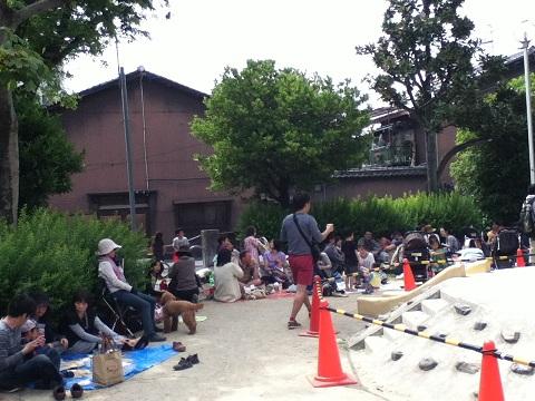 【写真】ブルーシートの集団に占拠される三条大宮公園