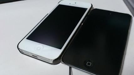 【写真】iPhone 5とiPod touch(4G)