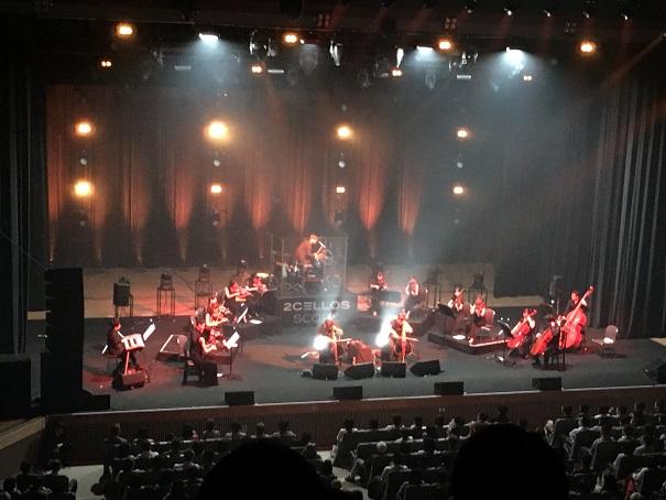 【写真】2CELLOSのステージ