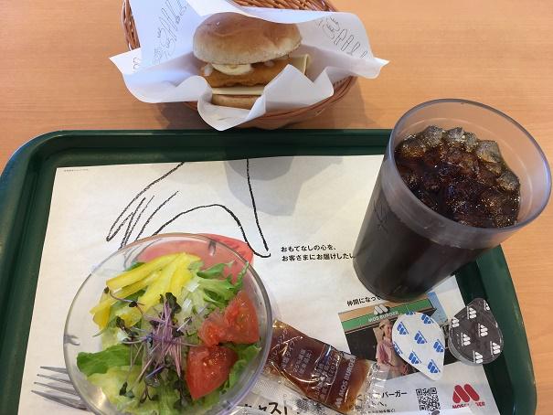 【写真】フィッシュバーガーとサラダのセット