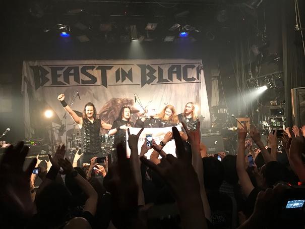 【写真】Beast In Blackのステージ