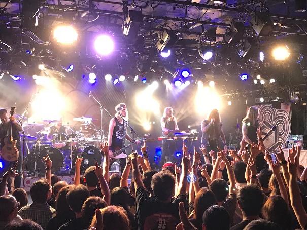 【写真】Amorphisのステージ