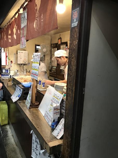 【写真】丸健水産のカウンター