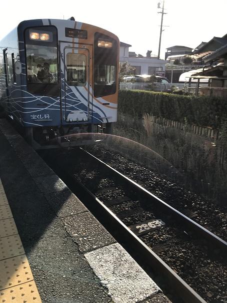 【写真】天浜線の車両。カラフル。