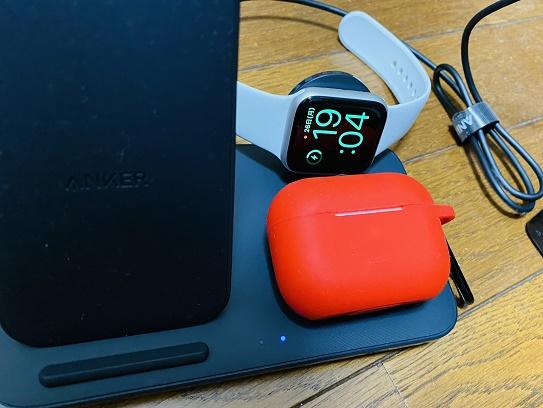 【写真】WatchとAirPods Proを充電している様子。